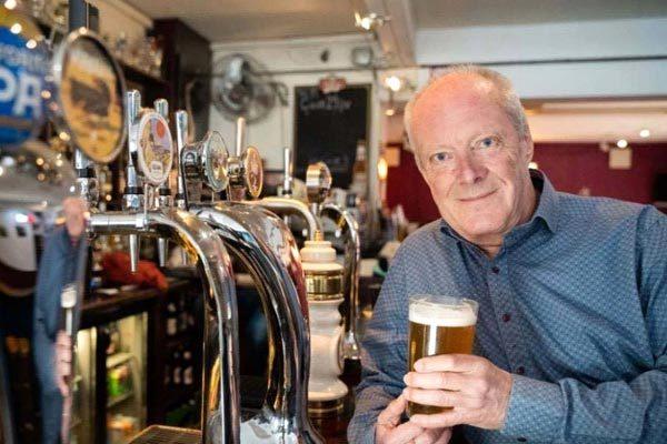 Người đàn ông 74 tuổi chinh phục hơn 51.000 quán bia