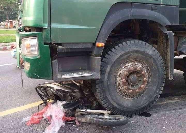 Đà Nẵng: Xe máy nát bét dưới gầm xe tải, người phụ nữ chết thảm