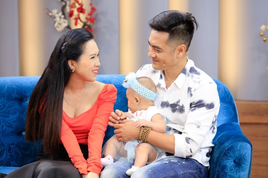 Cháu gái NSƯT Vũ Linh sinh con, 3 tháng sau chồng mới dám bế lần đầu