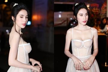 Thủy Tiên khoe vòng một với váy cúp ngực nhưng lộ hình thể quá gầy gò