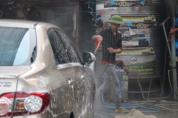 Nhiều điểm rửa xe rục rịch tăng giá dịch vụ sau đề xuất tăng phí nước thải
