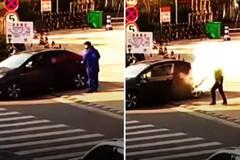 Hút thuốc ở cây xăng, thanh niên đi ô tô bị xịt bình cứu hỏa vào mặt