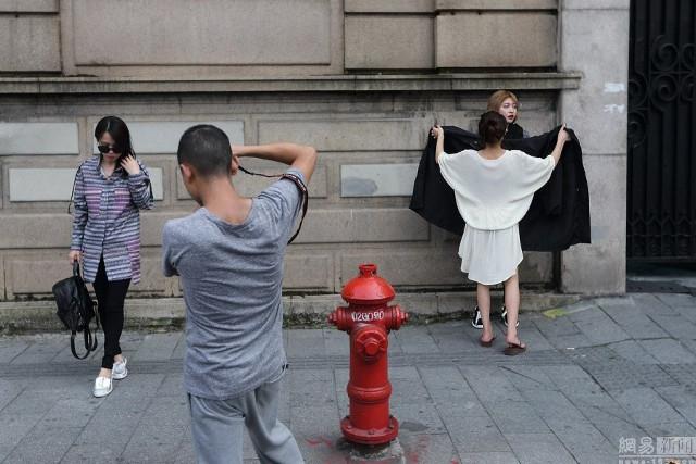 Sự thật về người mẫu Trung thay 500 bộ quần áo, có khi phải 'lộ thiên' giữa phố
