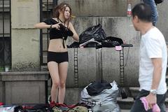 """Sự thật về người mẫu Trung thay 500 bộ quần áo, có khi phải """"lộ thiên"""" giữa phố"""
