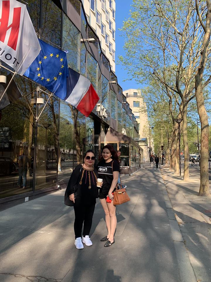 Trấn Thành, Hari Won hôn nhau say đắm giữa đường phố Paris