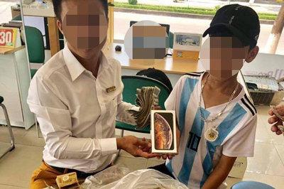 Cậu bé 16 tuổi mang 25 triệu tiền lẻ tiết kiệm 3 năm mua iPhone XS
