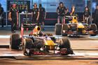 David Coulthard lái chiếc RB7 trên đường phố Hà Nội