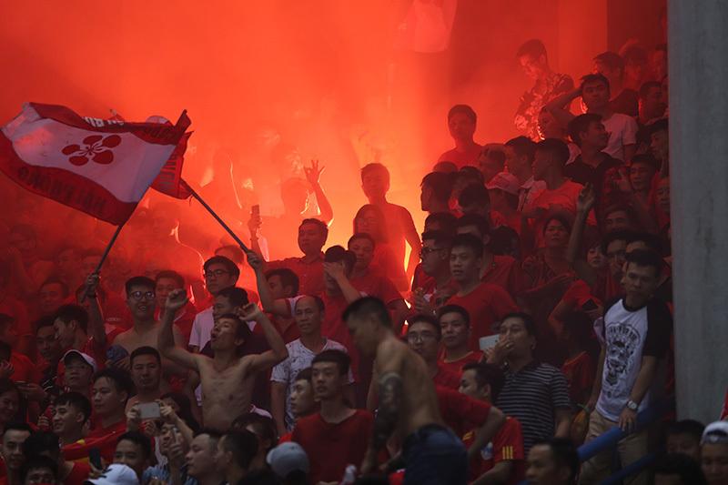 Fan Hải Phòng 'phóng hoả', sân Hàng Đẫy đỏ rực pháo sáng