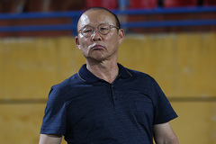 Thầy Park hớt hải tìm học trò trên sân Hàng Đẫy