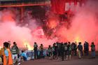 """Hàng Đẫy bị """"treo"""" vì pháo sáng: Nỗi đớn đau bóng đá Việt!"""