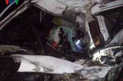 Xế hộp đối đầu xe giường nằm, 2 người chết ở Hòa Bình