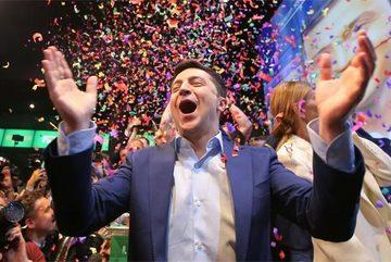 Danh hài bất ngờ thắng vang dội, Ukraina có tổng thống mới