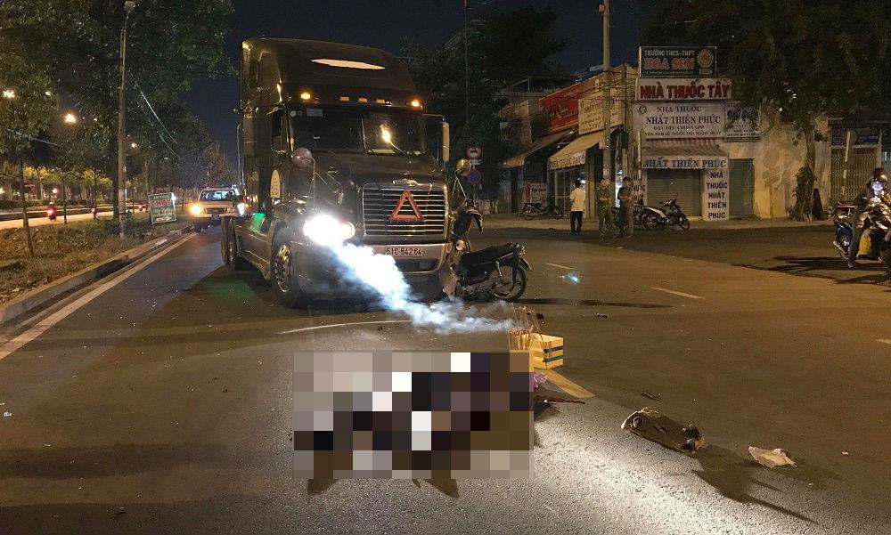 Xe máy ghim chặt vào bánh xe container, thanh niên chết tại chỗ