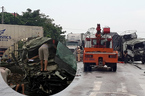 Xe tải tông trực diện xe container, 2 tài xế kẹt trong cabin
