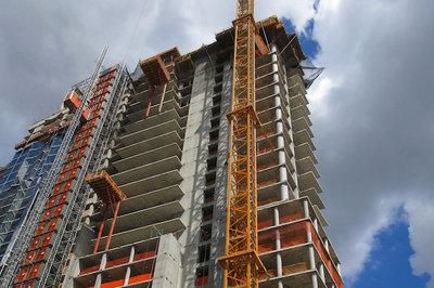 Tháp chọc trời bị nghiêng, nhà thầu và chủ đầu tư lôi nhau ra toà