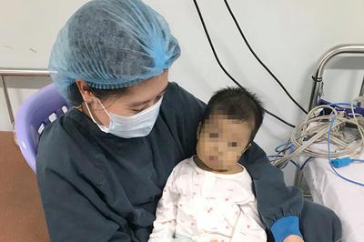 Bé gái nhỏ xíu ở Nam Định hồi sinh nhờ lá gan của bố