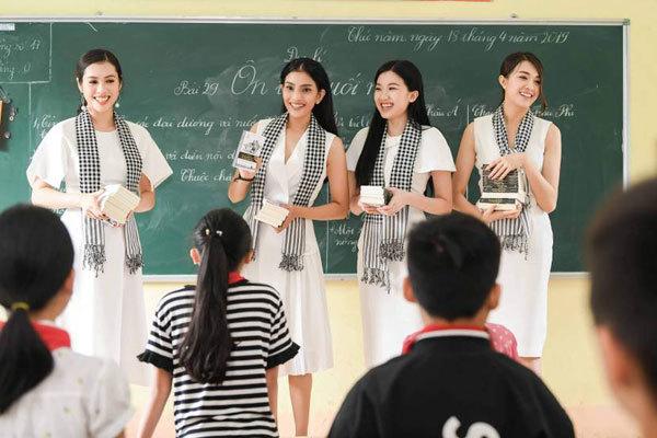 Trương Thị May, Lệ Hằng vượt núi tặng sách bà con Cao Bằng