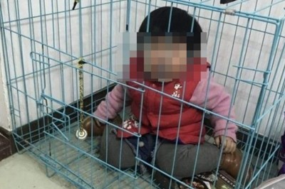 Chọc tức vợ cũ, chồng nhốt con gái 20 tháng tuổi vào lồng sắt