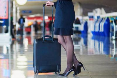 Nơi nữ tiếp viên muốn bỏ giầy cao gót phải có giấy của bác sĩ