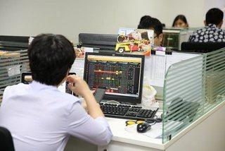Investors remain wary amid tight liquidity: experts