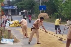 Cảnh sát giao thông Quảng Trị nhắc nhở và giúp bà con gom thóc trước cơn giông