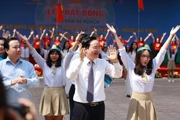 Bộ trưởng Phùng Xuân Nhạ hòa mình vào điệu nhảy flashmob của học sinh