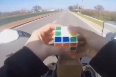'Đỉnh của đỉnh' là đây: Vừa lái xe máy vừa chơi rubik