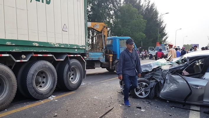 Quảng Nam: Xe tải đối đầu với ôtô con, 2 người nguy kịch