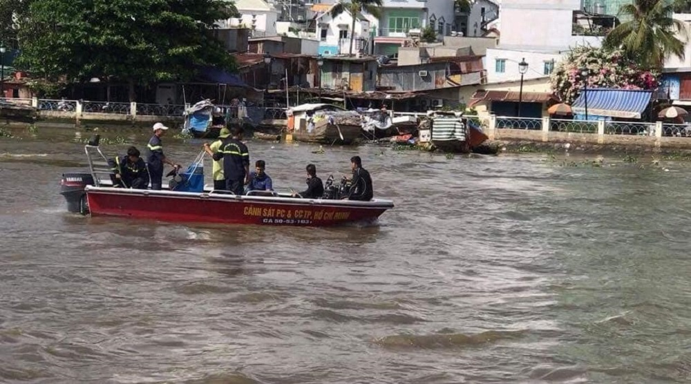 Hàng chục cảnh sát lặn tìm thanh niên vứt xe giữa cầu... để đi 'chơi'
