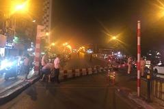 Xe buýt lao vào đường cấm, đâm đổ rào chắn cầu vượt Thái Hà