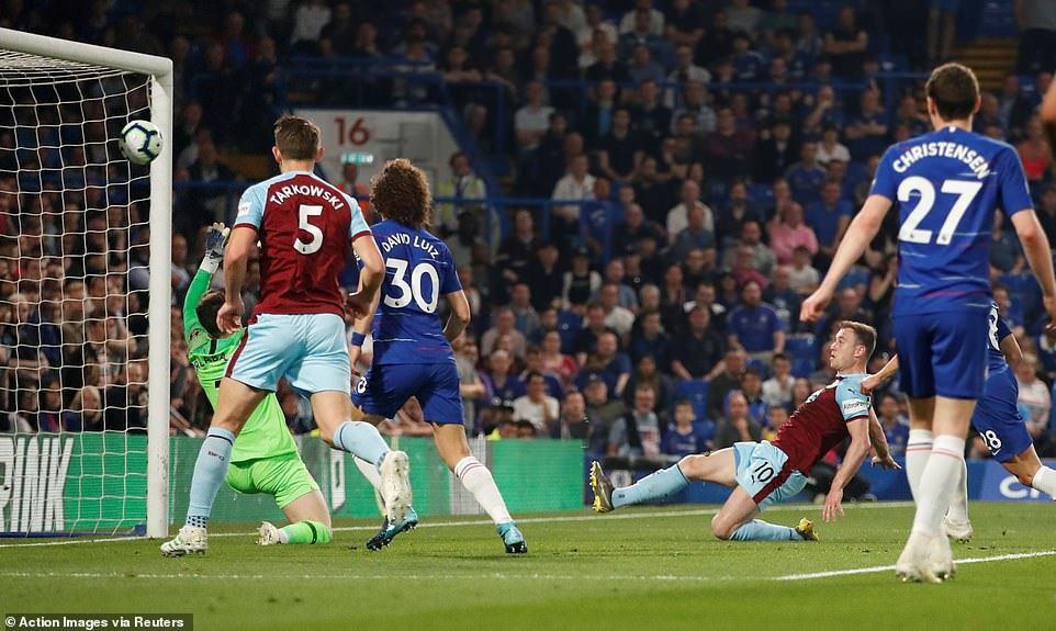 Tuột chiến thắng trước Burnley, Chelsea lỡ cơ hội vào top 3