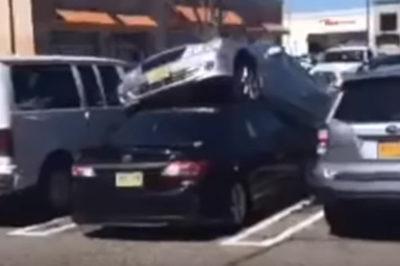 """Hi hữu: Tài xế nhầm chân ga, Mercedes """"bay"""" lên nóc Toyota Corolla"""