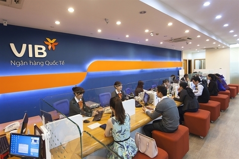 Vietnamese banks offer free services to lure customers