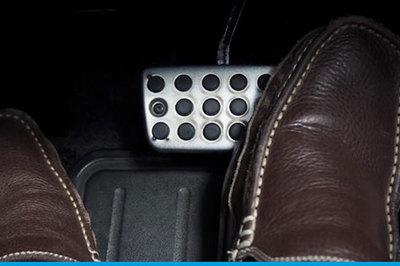 Đi ô tô phanh nhiều có hại gì không?