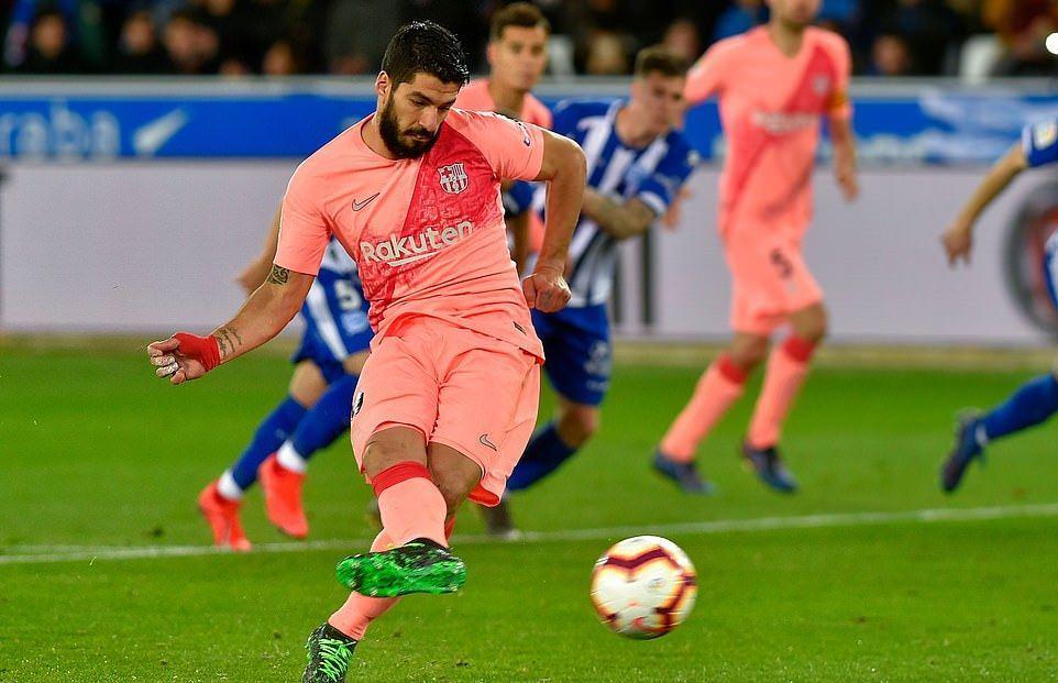 Suarez lập công, Barca chạm một tay vào ngôi vương