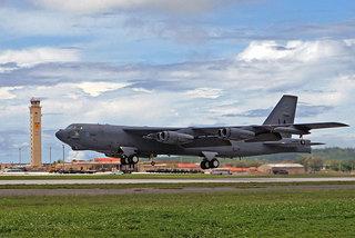 Kinh ngạc máy bay B-52 khởi động động cơ bằng…thuốc nổ