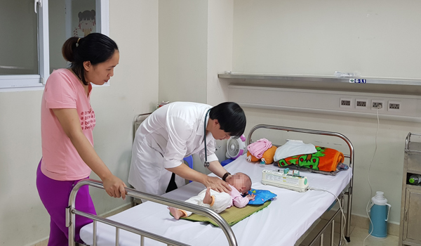 Hàng chục trẻ nhập viện vì viêm não, dấu hiệu cha mẹ dễ bỏ qua