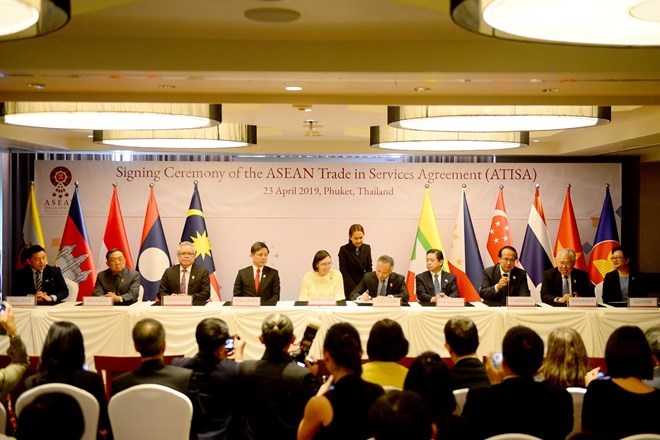 ASEAN economic ministers ink investment, trade pacts