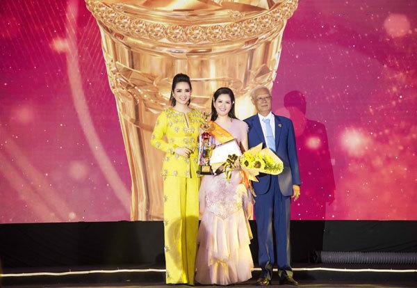 Đinh Hiền Anh nhận giải Bông Hồng quyền lực năm 2019