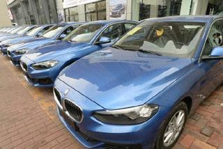 Ô tô ngày càng đắt đỏ: Bỏ xe riêng, góp tiền đi xế chung
