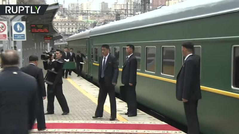 Xem vệ sĩ vừa chạy vừa lau cửa tàu để Kim Jong Un bước xuống