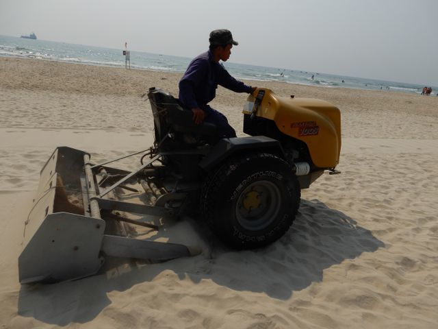 Da Nang cleans beaches before summer holiday