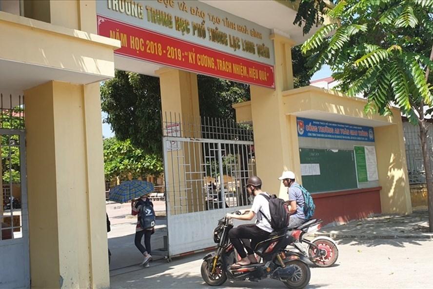Học sinh 'sốc' khi cô giáo bị bắt vì gian lận điểm thi ở Hoà Bình