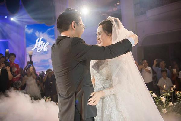 NSND Trung Hiếu nồng nàn hôn vợ 9X trong đám cưới lần 3 tại Hà Nội