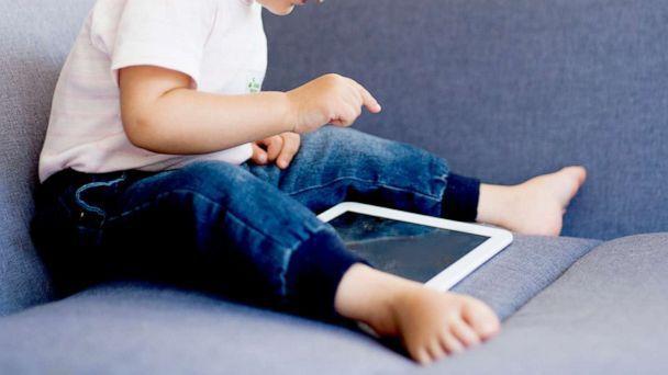 WHO cảnh báo trẻ dưới 1 tuổi tuyệt đối không tiếp xúc thiết bị điện tử