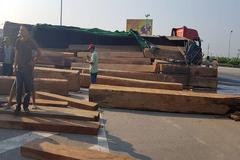 Xe tải chở gỗ lật ngang quốc lộ 1A, giao thông ách tắc