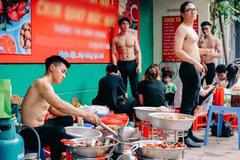 Sự thật sau những tấm hình 'soái ca' cởi trần bán đồ ăn ở Hà Nội