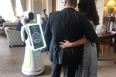 Eva - robot chụp tiệc cưới với khả năng nhận diện khách mời