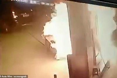 Tài xế ô tô quên rút vòi bơm khiến cả trạm xăng cháy rụi