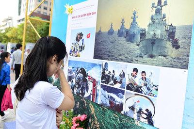 Sinh viên Sài Gòn bật khóc trước hình ảnh chiến sĩ ngoài đảo xa